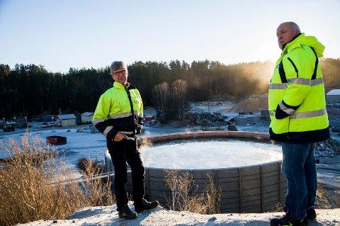 Jan Reistad og Kjell Olav Kolrud i HRA ved gjødseltanken som skal dekkes til. Den er en av luktkildene på området til HRA.