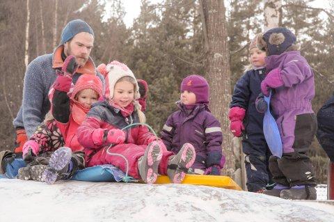 NÅ KOMMER DET SNØ: Har du ikke børstet støv av ski og kjelke enda er det på tide å gjøre det. (Arkivfoto: Ingvild Drange Tronhus)