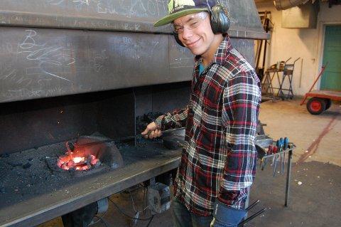 Artig: – Endelig er skole artig, sier Marcus Alexander Tangen (18) fra Haugsbygd som tar smedutdanning på Dovre.