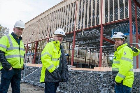 Skolen reiser seg: Sebastian Nordahl, Rune Dahlberg og prosjektleder Henning Brekke har hatt positive erfaringer i sine første prosjekter i Ringerike. Til neste år skal nye Benterud skole stå klar.