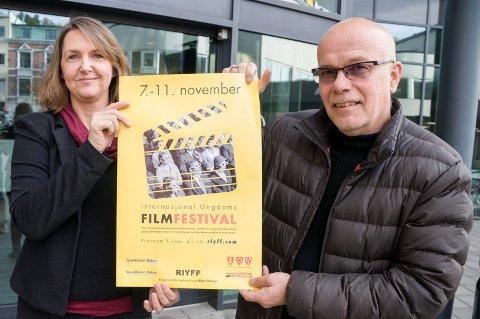 Klar for film: Ivonne og Kurt Salo slipper denne uka programmet til sin Ringerike internasjonale ungdomsfilmfestival (RYIFF), som finner sted fra 7. til 11. november.