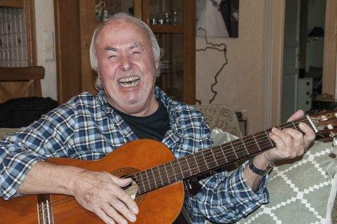SOM FØR: Stikk en gitar bort i nevene på Ragnar Enerhaugen. Resultatet er gjerne ei humørfylt stund.