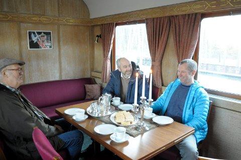Nils Kristian Nicxolaysen, Jan Helge Østlund og Per Olav Rolund koser seg med kaffe og rullekake i Kongens salong.