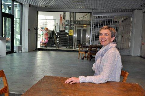 Kulturleder Marja Lyngra Høgås i popup-kulturetaten i Sentrumskvartalet.