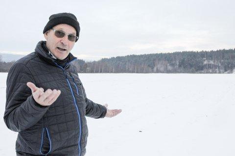 Midt i traseen ved Mælingen: Anders Strande eier jord som må bøte for vei og bane. Han syns det er helt greit, men savner kompensasjon for jordbruket fra for eksempel skogsområdet i bakgrunnen.
