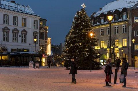 SENTRUM: Selveste Julegrana glitrer stolt, frodig, fyldig og rakrygget midt på Søndre torg.