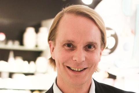 I forbindelse med lansering av sine egne champagneglass, satt Petter Pilgaard (37) utenfor Tilbords på Kuben, der han signerte med en hilsen ved hvert kjøp.
