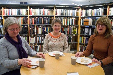 Torild Foss Aspevoll, Inger Lise Kolstad og Anne Marie Tollefsen ser fram til utvidede åpningstider på biblioteket.