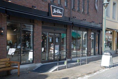 Leiv Vidars delikatessebutikk i Arcaden må si opp ansatte etter kundesvikt.