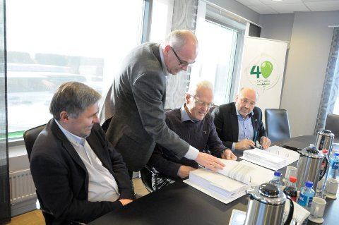 Haakon Tronrud i Tronrud Bygg, utviklingsdirektør Terje Dahlen i AKA,  AKAs styreleder Finn Grøstad og direktør Ole Sunnset i Ringeriks-Kraft signerer avtalen.