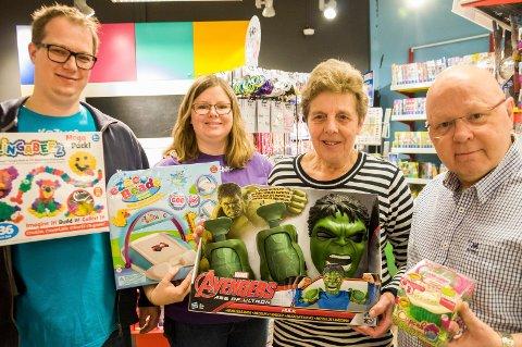 Haraldsson-familien har drevet lekebutikk i Hønefoss siden 1975. Neste generasjon har tatt over, men Arni og Edith Haraldsson er fortsatt ofte innom butikken, som nå drives av Anna Margit Haraldsson og samboeren Svere Fosserud Fegri.