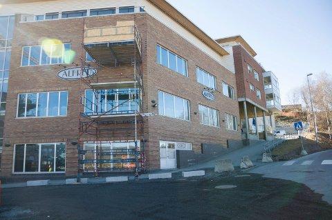 Det er satt opp stillaser på Alfred-bygningen. Årsaken er at tredje etasje bygges om til kontorer.