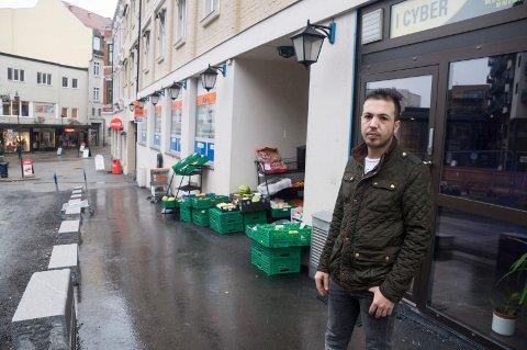 Åpnet butikk: Skiltet er ennå ikke på plass, men butikken er åpen. Mohammed Hasan Ali åpner ny butikk mellom Jin Cheng frukt & grønt og Carmen hårstudio.