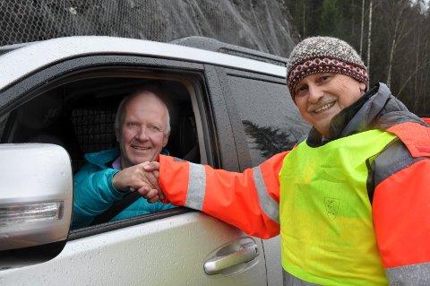 FØRST: Helge Aasgaard var første bilist og fikk blomst og et håndtrykk fra fylkesordfører Roger Ryberg (Ap) da fylkesvei 285 ble gjenåpnet.