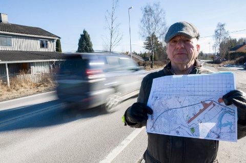 KAN BLI BERØRT LIKEVEL: Jan Thorleif Lafton i Nymoen Vel er redd for at veivesenet velger å bare utvide dagens vei. Da vil trolig huseierne bli berørt likevel.