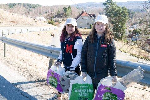 Madelene Ask (11) og Tonje Norstad (11) har tatt på seg rollen som Haldenjordets dugnadskorps i påsken.