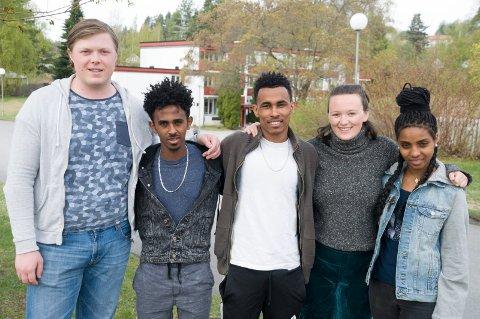 Flyktninger og norske elever har bodd på internat sammen i et år. Fra venstre Magnus Waale Haugen, Yonas M. Ekubamikiel, Efrem Nuguse, Hillevi Høyem og Fyori Leul