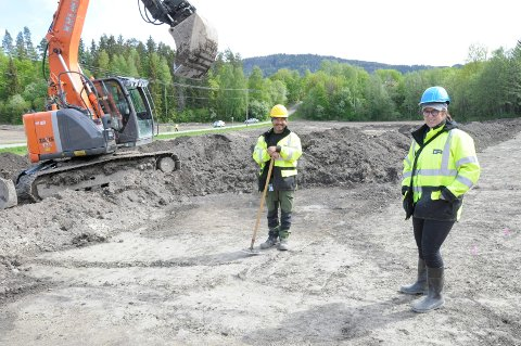 Frank Røberg og Lotte Carrasco på utgravningsfeltet i traseen for E16 og Ringeriksbanen.