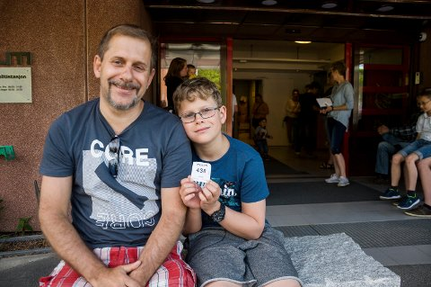 Jan Grannegård og David Oslund Grannegård ventet tålmodig på tur ved passkontoret. Da Ringerikes Blad møtte dem, var det åtte før dem i køen.