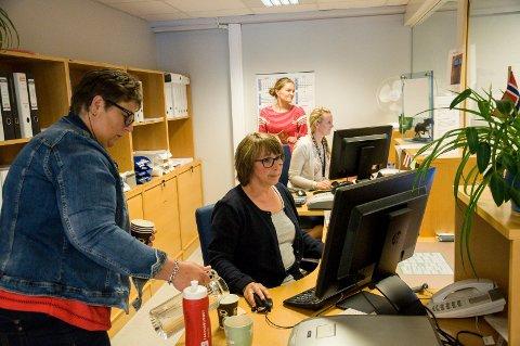 Gudrun Bråten sørget for nok drikke til travle ansatte ved passkontoret fredag etter Kristi himmelfartsdag. Bak disken er Jorunn Svindal (bakerst), Marthe Bakken Hansen og Hilde Nygård Hoel.