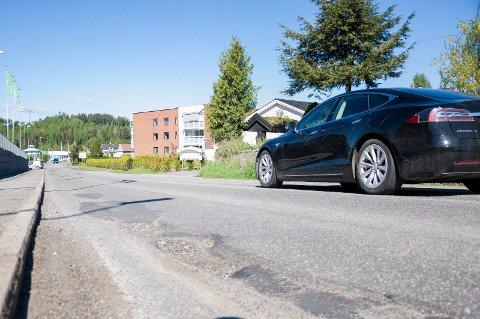 Det er store huller i Dronning Åstas gate på Eikli. Nå skal kommunen sørge for ny asfalt.
