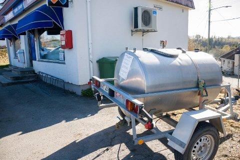 Beboere ved Rabba må hente vann i vanntank inntil en lekkasje er reparert.
