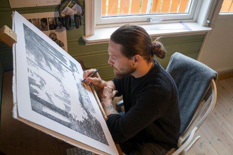 Illustratør Danny Larsen nærmer seg målet på ett av to verk han skal stille ut i sommer.