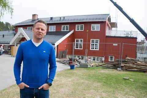 Pusser opp: Rektor Morten Eikenes forteller at alt skal være klart til et nytt elevkull ankommer til høsten. – Vi holder stengt hele sommeren for å være sikker, sier han.