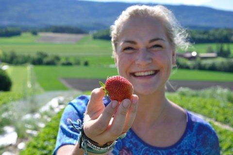 JORDBÆR: Mathilde Western og hennes fra Trond Western fra Røyse har ikke jordbærne klare foreløpig. Arkivfoto: Anne Gro Christensen
