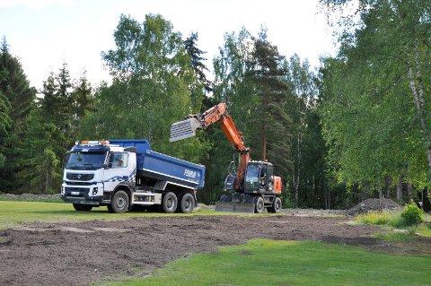 Nå fylles grøftene og området planeres ferdig.