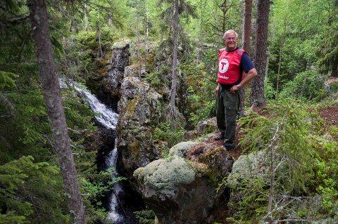 Asbjørn Tolpinrud våger seg ut på kanten ved Djevelens punsjebolle. Han var kjentmann med omfattende lokalkunnskap om området.