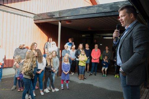 Styreleder Bernt Gran ønsket velkommen til Ringerike montessori på den aller første skoledagen. Han kunne fortelle om planer for både ungdomsskole og barnehage.