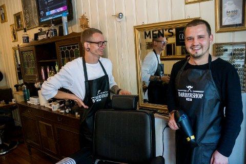 Rolands Bijubens (til høyre) og Klaus Pless driver barbersalong i Fossveien.