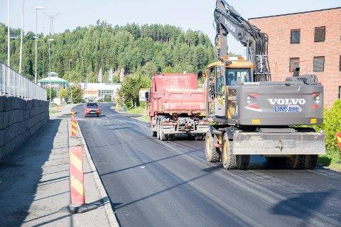 Beboer Steinar Dahl savner gangfelt ved brannstasjonen i Dronning Åstas gate. Asfaltarbeidene ble avsluttet i sommer.