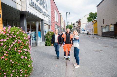 Senterleder Anne Trine Høibakk, anleggsleder Trond Solberg og byggeleder Pål Rødby ser på endringene som skal gjøres i Norderhovsgaten.