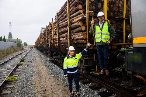 Linda Camilla Strømsodd og Thomas Rotherud ved et av de ni togene med tømmer som går ut fra terminalen på Follum.