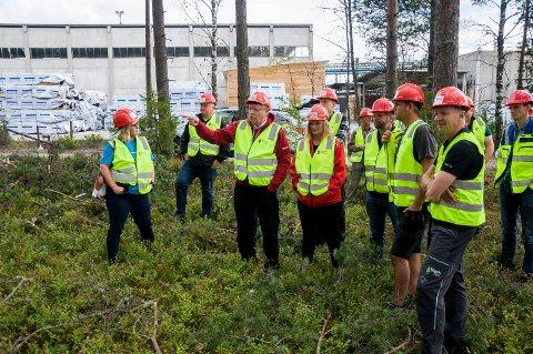 Buskerud-politikerne var med Viken skog ut til en skogsdrift, få meter fra Soknabruket. I midten står Martin Kolberg og Anne Sandum fra Ap, med Høyres Anders Werp like bak.