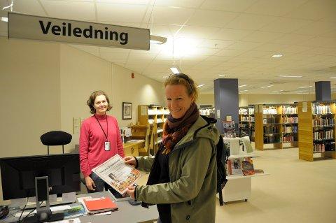 Fornyer seg: Marianne Tollefsen Bakken og Ringerike bibliotek lanserer nye nettsider. Her er biblioteksjefen sammen med kulturskolerektor Dagny Krogness.