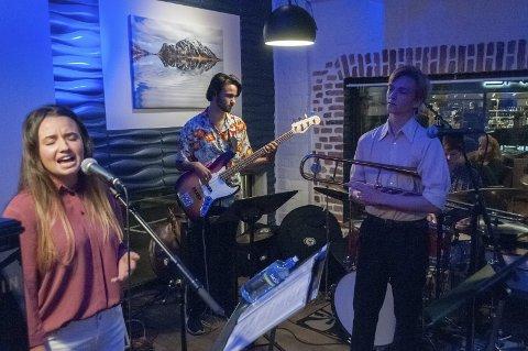 Ungdomsgruppe som har tak på det. Zosia Neckar, vokal og Kevin Olsen Vadsten, bass.