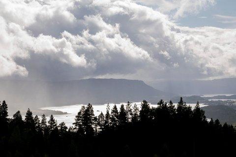 TRISTE SKYER: Gråvær og regn ligger an til å bli hovedingrediensene i helgeværet. Bildet er tatt fra Ringkollveien.