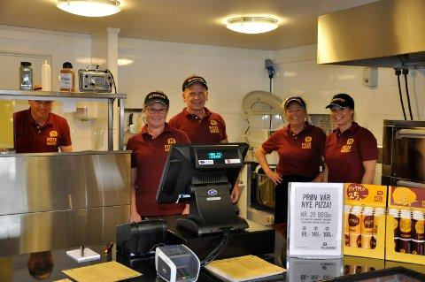 Pizzabakeren på Vik åpnet tirsdag. Fra venstre: Amund Svartis Johansen, Trine Hansen, Conny Rydh, Marit Gulliksen og Tine Kongshaug.