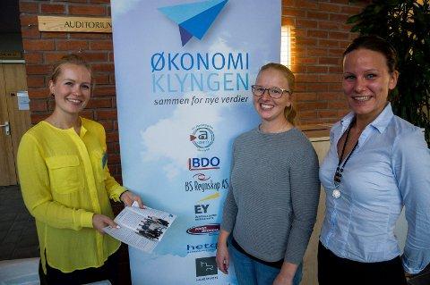 Bachelorstudentene Lina Oulie og Ida Dybendal Nilsen fikk en nyttig kontakt med Tine Solenby og Økonomiklyngen under Kunnandidagen på høyskolen.