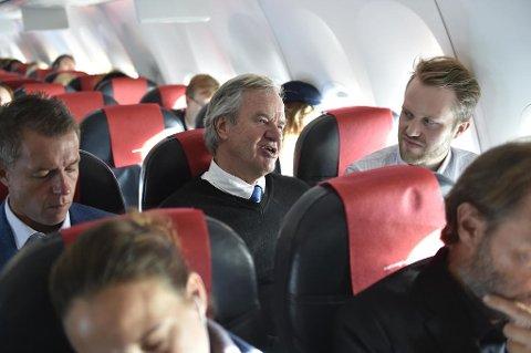 I PRAT: Bjørn Kjos i samtale med Nettavisens Halvor Ripegutu. Kommiunikasjonssjef Lasse Sandaker-Nielsen til venstre.