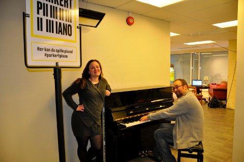 Victoria Koch og Ole Kristian Odden har allerede prøvd ut det parkerte pianoet i nye kulturlokaler.