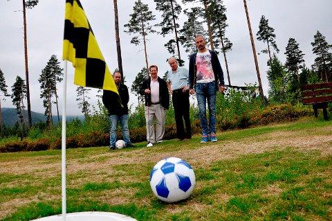 Det skal bli mer golf og footgolf i Ådal. Klubben overtar driften av banen etter at selskapet Ringerike golfbane AS gikk konkurs tidligere i år. F.v. Pål Dammen, Roy Fjeld (leder i golfklubben), Dag C. Weberg og Frode Lafton (styremedlem i Ringerike footgolf).