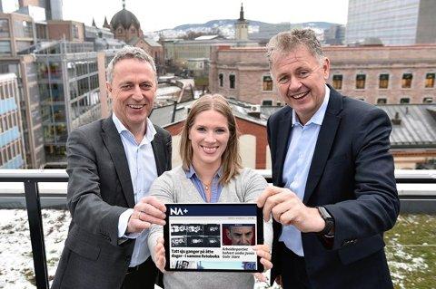 Amedias konsernsjef Are Stokstad, utgavesjef for NA+ Maria Schiller Tønnessen og ansvarlig redaktør Gunnar Stavrum viser fram produktet som abonnenter av Ringerikes Blad har tilgang til på ringblad.no.