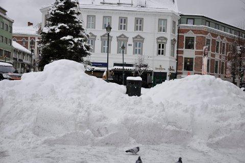 Her er snøhauger på Søndre torg i begynnelsen av januar.
