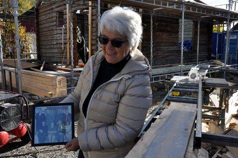 Ni søsken: Elisabeth Solenby med bilde av farens søskenflokk. Det ble trangt om plassen i det lille huset.