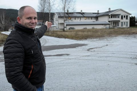 GRUNNEIER: Johnny Karlsen eier den tidligere rutebiltomten på Jevnaker. Til våren blir det byggestart.