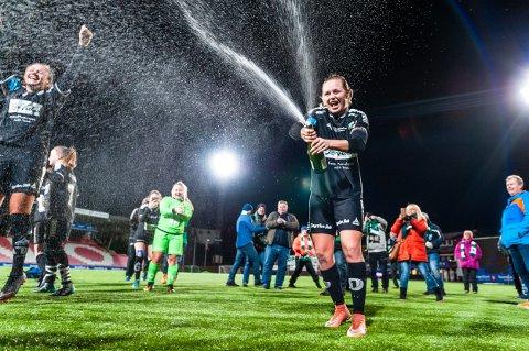 JUBLER: HBKs damer jublet over opprykk til 1. divisjon 2019. I denne saken deler journalist Mette Eriksen sine observasjoner fra sidelinjen.